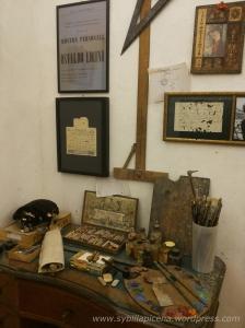 La scrivania dello studio del pittore (Casa Museo Licini).
