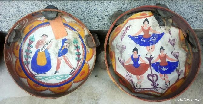 Tamburelli con sonagli e decorazioni, provenienti dalla zona del maceratase.