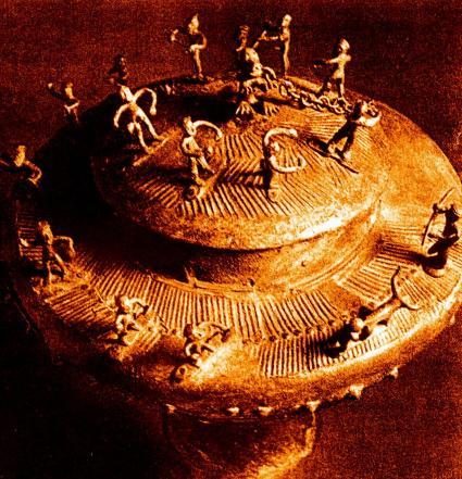Coperchio bronzeo piceno con rito di fondazione, conservato presso il Museo Archeologico Nazionale delle Marche